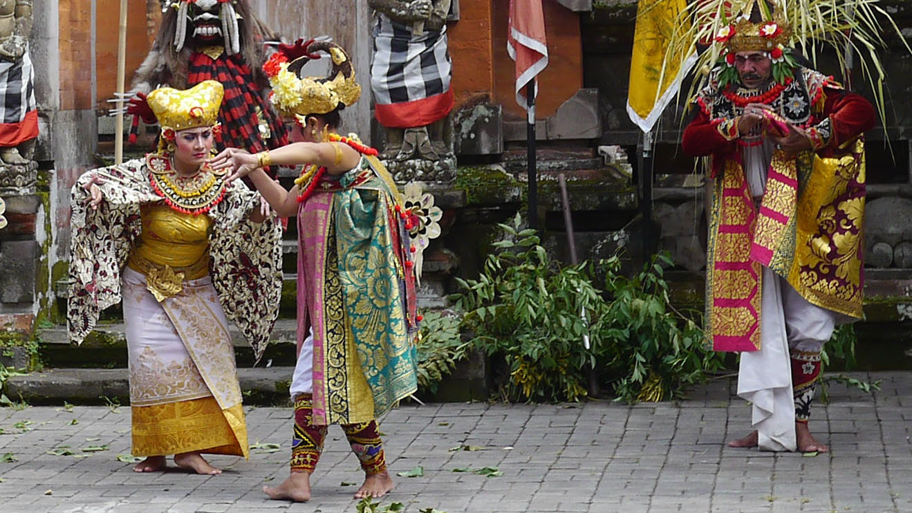 Barong_Dance_P1130808_crop_dancer